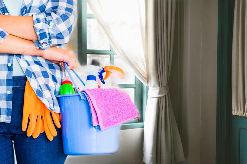 Jak skutecznie wyczyścić dekoracje okienne?