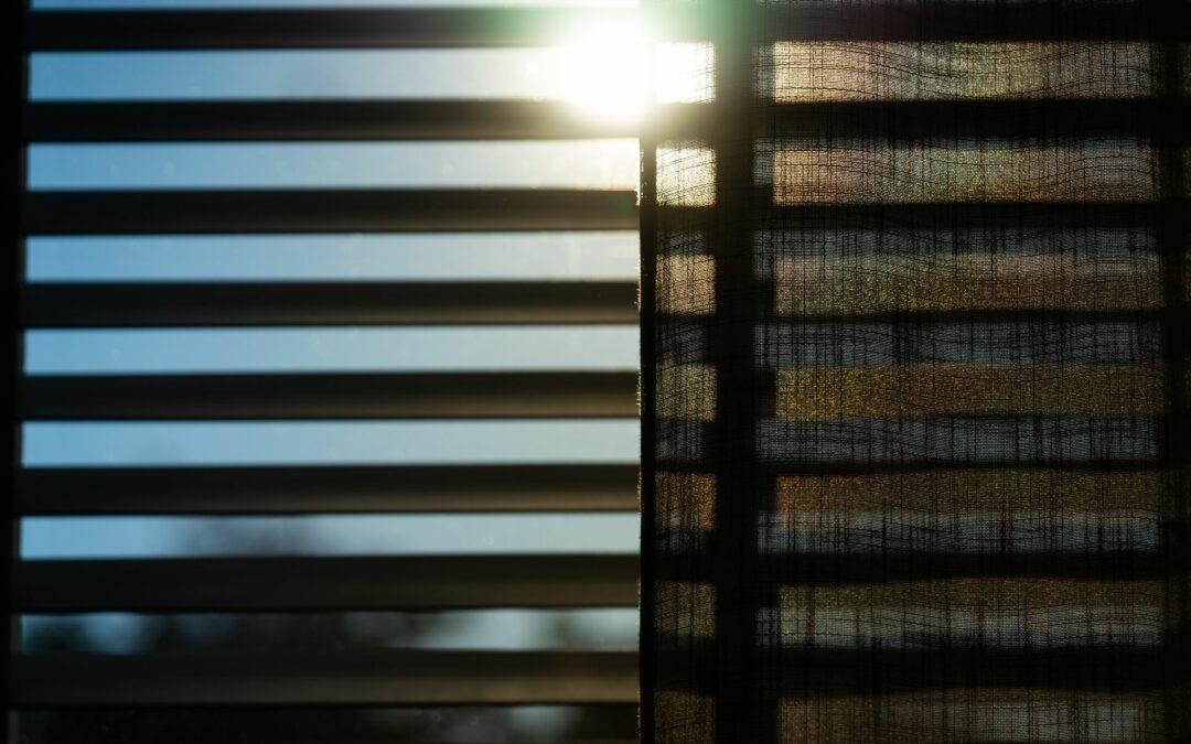 Jakie rolety zapobiegają nagrzewaniu się pomieszczeń podczas lata?